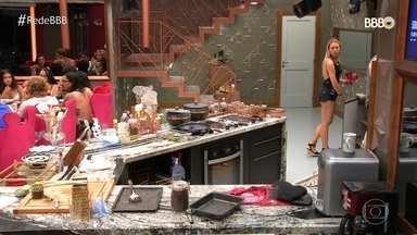 Todos jantam e Rodrigo acaba ficando sem comida - Maycon prepara um macarrão para o Brother