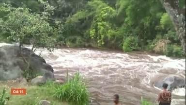 Fenômeno conhecido como 'cabeça d'água' deixa um morto em Itatiaia (RJ) - Um temporal em Itatiaia, no sul do Rio de Janeiro provocou um fenômeno conhecido como 'cabeça d'água'. Ela acontece quando chove forte e os níveis dos rios sobem rapidamente.