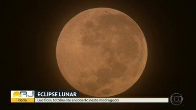 Nuvens atrapalham observação do eclipse da super lua de sangue em alguns pontos da cidade - O fenômeno aconteceu na madrugada desta segunda (21). As nuvens atrapalharam alguns pontos de observação. O próximo eclipse total da lua acontece em 2022.