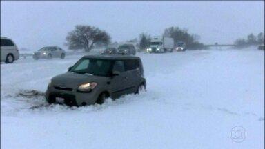 Nevasca provoca três mortes e muitos transtornos nos EUA - Voos foram cancelados e estradas ficaram interditadas. A nevasca atinge uma região onde vivem 40 milhões de pessoas.