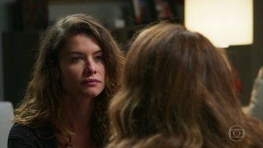 Isabel questiona a relação de Grace com o casarão - A jornalista não entende por que a mãe consegue entrar na casa que foi de Julia e discute com Priscila