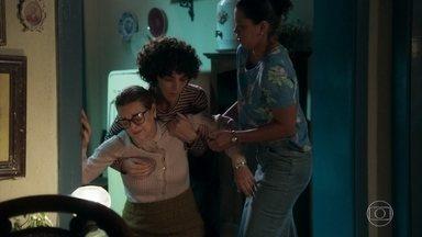 Socorro descobre que Lourdes foi para São Paulo e se desespera - Lucilene conta que a jovem pegou carona com o motorista de Olavo