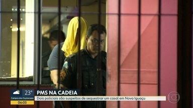 Policiais são presos por suspeita de sequestro em Nova Iguaçu - Dois policiais militares foram presos, suspeitos de sequestrar um casal em Nova Iguaçu, Baixada Fluminense. Os agentes foram presos nesta segunda (21). Investigações apontam que as vítimas chegaram a pagar um resgate de R$30 mil.