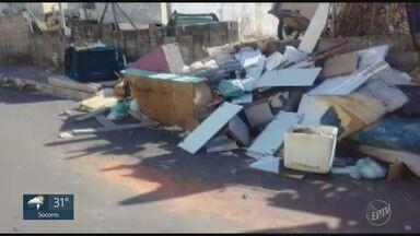 Pilha de entulho atrapalha moradores em Campinas - Denúncia de moradores revelou problema na Rua Dr. José Samara, no Jardim Bassoli.