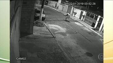 Imagens de sistema de segurança levam polícia a suspeito de crime em São Paulo - Um homem carrega o corpo de uma mulher e deixa na rua.