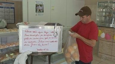 Padaria doa pão a quem não pode pagar em Pirajuí - Dono do comércio conta que colocou a caixa para que as pessoas não ficassem intimidadas em pegar o pão. Ação emocionou o padre Fábio de Melo, que postou a história em suas redes sociais.