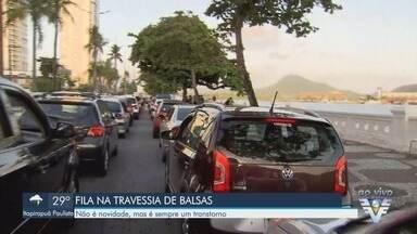 Motoristas enfrentam filas para realizar a travessia entre Santos e Guarujá - Balsas em manutenção reduzem a capacidade do sistema.