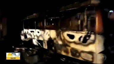 Ônibus pega fogo em Sepetiba - Veículo da Expresso Pégaso ficou totalmente queimado.