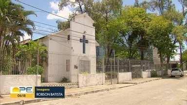 Bandidos roubam igreja e levam alimentos que seriam doados para moradores de rua no Recife - Bandidos também levaram caixa de som. Polícia acredita que eles entraram pelo telhado da capela, que está em reforma.