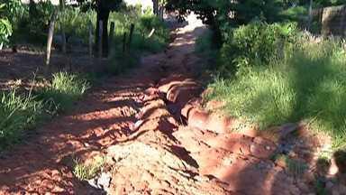 Moradores da Chácara dos Coqueiros enfrentam problemas - Os buracos castigam pedestres e motoristas em bairro de Itaquaquecetuba.
