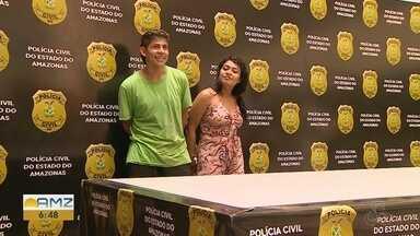 Casal suspeito de tentar matar jovem por ciúmes é preso e troca sorrisos em delegacia - Segundo a polícia, mulher mandou mensagem para marcar 'encontro' com ex-namorada e atual companheiro foi ao local, onde baleou vítima.