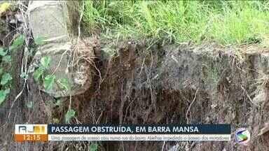 Passagem obstruída impede acesso de moradores a bairro de Barra Mansa - Estrutura caiu no início do mês por conta das chuvas.