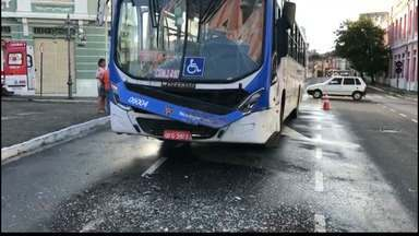 Ônibus batem e duas mulheres ficam feridas em João Pessoa - Acidente aconteceu no Centro Histórico de João Pessoa.