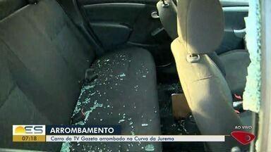 Carro da TV Gazeta é arrombado e repórter tem bolsa roubada, no ES - Um casal quebrou o vidro do carro e levou objetos.