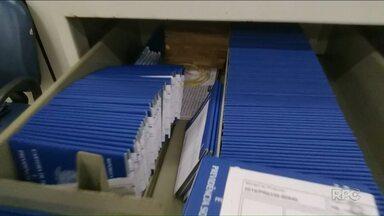 Carteiras de trabalho se acumulam na Agência do Trabalhador de Umuarama - Carteiras confeccionadas até no ano 2000 estão esquecidas por lá.