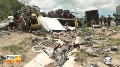 Caminhão carregado com bebidas energéticas tomba na BR-101, na Zona Norte do Recife. - Segundo a PRF, houve uma tentativa de saque da carga.