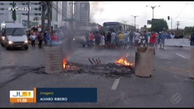 Moradores protestam na BR-316 contra a falta de saneamento - Grupo chegou a interditar o km 1 da rodovia no início da manhã desta sexta-feira (1º). Eles reclamam da falta de saneamento na rua Santa Inês.