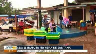 Feira do município do Santana está sem estrutura para comercialização de produtos - Feirantes que tentam vender frutas e hortaliças, reclamam que a situação piora quando chove.