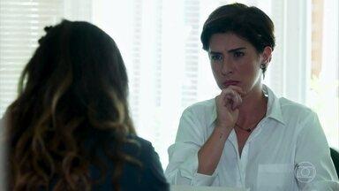 Bárbara faz perguntas a Solange sobre a menopausa - Solange se irrita com o assunto proposto pela aluna e manda Bárbara conversar com o professor de biologia