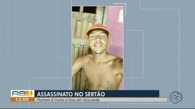 Jovem é morto a tiros no bairro Boa Esperança em Arcoverde - Vítima foi atingida por disparos de arma de fogo efetuados por um homem em uma bicicleta.