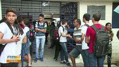 Estudantes da rede estadual e particular iniciam as aulas nesta segunda-feira (4). - Após período de férias, crianças e adolescentes voltam as aulas