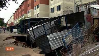 Carros são engolidos por cratera que se abriu em conjunto habitacional em São Paulo - Quatro carros caíram no buraco. Essa não foi a primeira vez que issoa conteceu no local.