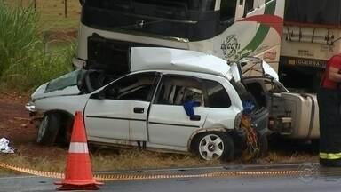 Acidente entre carros e caminhão deixa dois mortos em rodovia de Olímpia - Duas pessoas morreram em um acidente de trânsito envolvendo um caminhão e dois carros na Rodovia Assis Chateaubriand, em Olímpia (SP), na tarde desta quarta-feira (6).