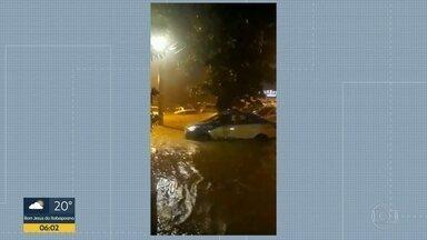 Rio de Janeiro sofre com chuva intensa e ventos fortes na noite desta quarta (7) - Rio de Janeiro sofre com chuva intensa e ventos fortes na noite desta quarta (7). A cidade está em estado de crise.