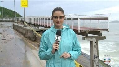 Parte de Ciclovia Tim Maia desaba com a chuva no Rio - A chuva derrubou parte da ciclovia na madrugada desta quinta-feira (7).