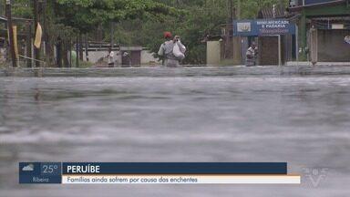 Famílias continuam com casas alagadas em Peruíbe, SP - Cidade foi uma das mais atingidas da região pela chuva dos últimos dias.