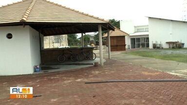 Obra do Centro Pesqueiro ainda não terminou em Jaraguá - Com a demora, o pescado está sendo vendido de forma precária.