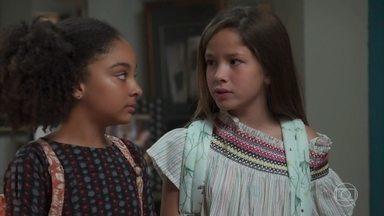 Bola leva Priscila e Flor para a casa de Isabel - A jornalista finge surpresa ao saber da crise de Cris