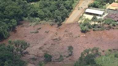 Rompimento da barragem mantém comunidades isoladas em Brumadinho - Montanhas de rejeitos de minério interditam a MG-040. Na estrada, policiais impedem a passagem. É uma barreira que separa o centro de Brumadinho de 20 comunidades.