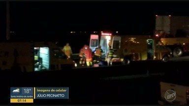 Acidente entre dois caminhões na Rodovia Anhanguera deixa feridos, em Sumaré - Colisão ocorreu na madrugada desta sexta-feira (8). Feridos foram levados para o Hospital de Clínicas da Unicamp.
