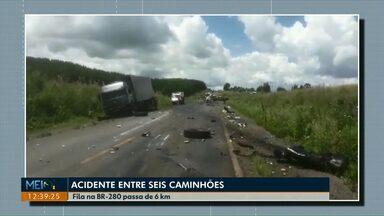 Acidente entre seis caminhões na BR-280 deixa uma pessoa morta - O congestionamento no local da batida chegou a seis quilômetros.