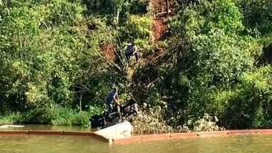 Equipes trabalham na retirada de caminhão que caiu em lago em Pardinho - Em Pardinho uma força tarefa formada por Cetesb, Prefeitura, Polícia Militar e Concessionária trabalha neste momento na retirada do caminhão que caiu em um lago na rodovia João Emílio Roder.