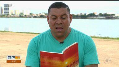 Poeta Antônio Damião Oliveira faz lançamento de livro em Petrolina - Ele é professor de matemática e trabalha como guarda municipal.