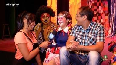 """Conheça divertido mundo da peça """"Mariquinha Maricota"""" - Niara Meireles entrevista o elenco nos bastidores do teatro"""