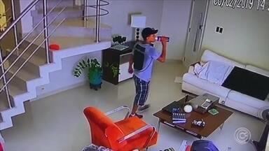 Suspeitos invadem casa e furtam objetos em Sorocaba - Uma casa foi furtada por dois bandidos, no Jardim Emília, em Sorocaba (SP). Câmeras de segurança registraram parte da ação.