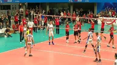 Arena de Suzano recebe disputa de vôlei entre Campinas e Sesi - Torcida compareceu em peso no local.