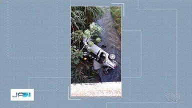 Carro cai em córrego, em Damolândia - Corpo de Bombeiros socorreu motorista e passageiros.