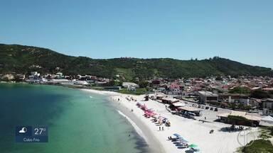 Secretaria de Meio Ambiente de Arraial diz que Praia dos Anjos está própria para banho - Assista a seguir.