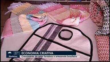 Crescimento da economia fortalece o artesanato em Araxá - Nos últimos 20 anos, com o crescimento da economia criativa, o artesanato brasileiro se fortaleceu. O mercado movimenta R$ 50 bilhões por ano e sustenta 10 milhões de pessoas.