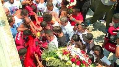 Emoção na despedida de três jovens que morreram no incêndio no Ninho do Urubu - Christian Esmério foi enterrado em um cemitério na Zona Norte do Rio. Vitor Isaias e Bernardo Pisetta foram enterrados em Santa Catarina.