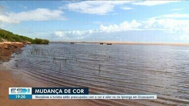 Moradores e turistas estão preocupados com a cor e odor em rio de São Mateus, ES - Problema espanta turistas.