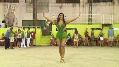 Capitã do Corpo de Bombeiros realiza sonho de desfilar como rainha de bateria no Carnaval - Flávia conta que costumava trabalhar na segurança avenida, mas sempre teve vontade de ocupar o posto à frente da bateria da escola