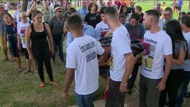 Últimos dois garotos vítimas do incêndio do Ninho são enterrados - Últimos dois garotos vítimas do incêndio do Ninho são enterrados