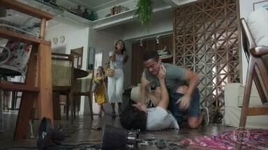 Marli e Mel flagram a briga entre Alex e Márcio - A namorada de Paulo aparta os irmãos e exige que eles arrumem toda a bagunça