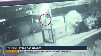 """Motorista que atropelou homem que """"pegava carona"""" em caminhão é identificado - Imagem mostra o homem sentado entre um engate e outro do caminhão, antes de cair e ser atropelado."""