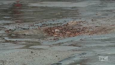 Moradores reclamam das más condições das ruas em bairro de São Luís - No bairro Angelim, onde não há buracos tem esgoto estourado. Segundo a comunidade, a situação se arrasta há dois anos.